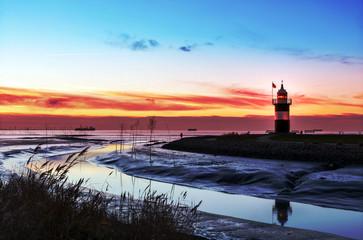 """Leuchtturm """"Kleiner Preuße"""" in Wremen bei Bremerhaven, Sonnenuntergang im norddeutschen Weltnaturerbe Wattenmeer"""