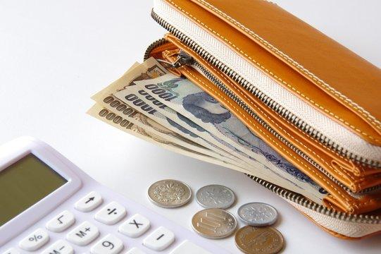 財布の中のお金と電卓 節約 貯金 浪費