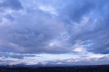 Nuvole bianche sullo sfondo del cielo azzurro