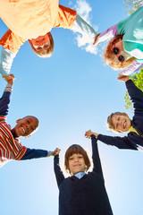Multikulturelle Kinder als Freunde bilden einen Kreis