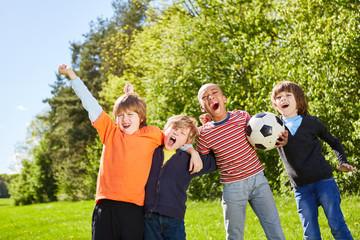 Kinder jubeln als Freunde und Fußball Team