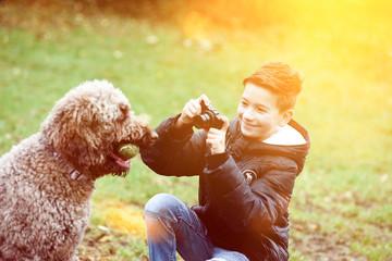 Junge macht Fotos von seinem Hund mit Flares