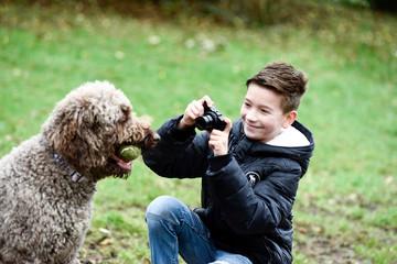 Junge macht Fotos von seinem Hund