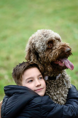 Junge und Hund schauen in die Ferne