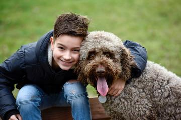 Junge und Hund schauen in die Kamera