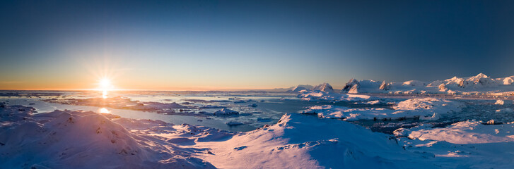 Foto op Plexiglas Antarctica Sunset panoramic view of snow covered Antarctic land. Picturesque South Pole scenery. Beauty of the untouched nature. The wilderness landscape. Travel background. Holiday, hiking, sport, recreation
