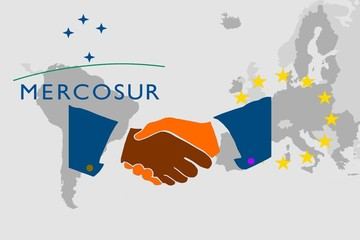 Trade agreement between Mercosur and the EU -   On the maps of South America and Europe are the respective symbols. In front of it the illustration of a handshake as a symbol for a contract. Fototapete