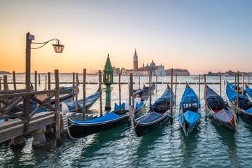 Obraz Gondole na molo w Wenecji, Włochy - fototapety do salonu