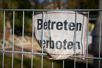 Schild mit der Aufschrift betreten verboten