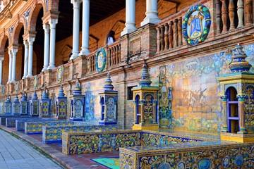 veduta di serie di panche e di ornamenti in ceramica appoggiate alle pareti del palazzo in stile neo-moresco situato nella bellissima Plaza de Espana nella città di Siviglia in Andalusia, Spagna