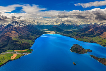 Papiers peints Nouvelle Zélande New Zealand, South Island, Otago region. The nothern end of Lake Wakatipu surrounded by Southern Alps, Pigeon Island on the left side, Dart River and Glenorchy settlement in the background