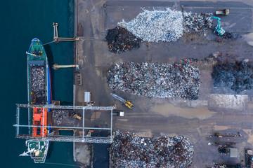 湾岸地域の産業廃棄物処理場の空撮。
