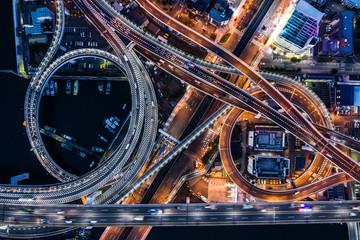 道路が円を描きながら重なり合う夜景