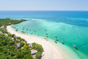 Foto auf AluDibond Sansibar curved coast and beautiful beach with boats on Zanzibar island