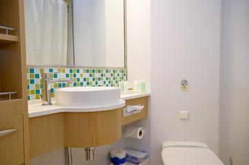 Modernes Badezimmer auf Kreuzfahrtschiff