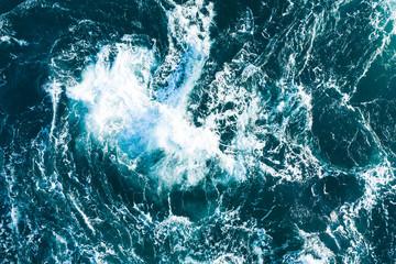 波がぶつかり合う荒々しい海の景色