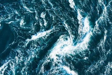 波の高い激しい海の景色