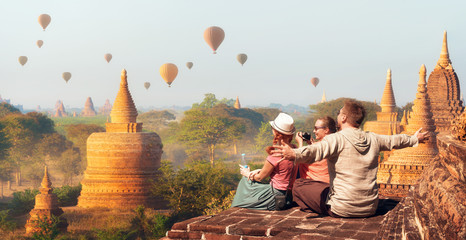 Happy tourists, friends, vacationers in the summer holidays in Asia Fotobehang