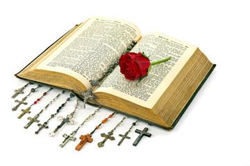Bibel mit Rosenkränzen