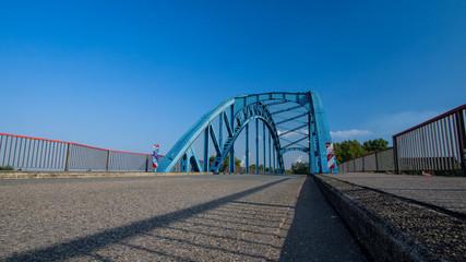 Eine Blaue Brücke am Rhein Duisburg