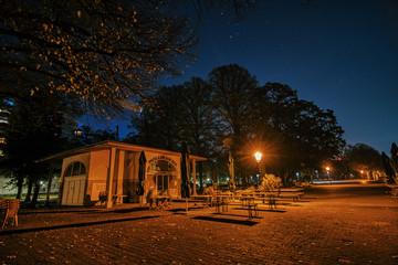 Nachtaufnahme Parkcafe an der Greenwich Promenade in Berlin Tegel