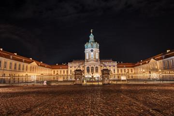 Nachtaufnahme Vorderseite Schloss Charlottenburg in Berlin
