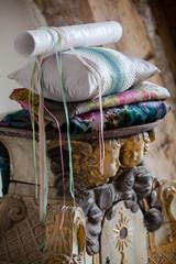 décoration de charme avec papiets peints et coussins