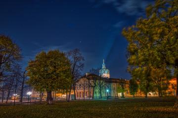 Nachtaufnahme seitlich vom Schloss Charlottenburg in Berlin mit Park im Vordergrund