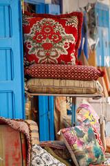Bunte, schöne Kissen in der Medina von Essaouira in Marokko.