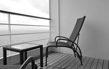 Elegante Balkonmöbel auf Terrasse von Luxuskabine auf Kreuzfahrtschiff