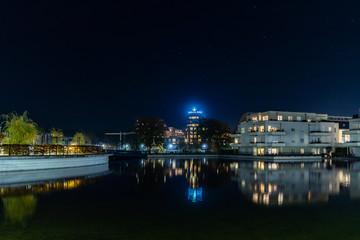 Nachtaufnahme der Bebauung rund um den Humboldthafen in Berlin Tegel