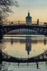 Spiegelungen im Wasser unter der Parkbrücke in den Schlossgärten von Schloss Charlottenburg in Berlin