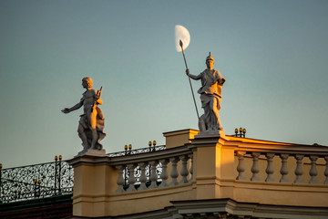 Detailaufnahme Schloss Charlottenburg Berlin Statuen auf Dach mit Mond im Hintergrund