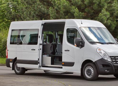 Moderner Transporter für behinderte Menschen mit Rollstuhllift und seitlicher Schiebetür mit Einstieghilfe