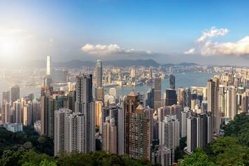 Blick auf die endlose Skyline von Hong Kong Stadt an einem sonnigen Nachmittag