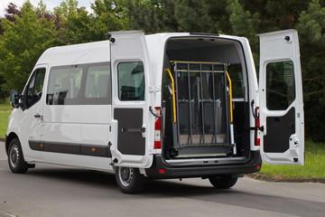 Eingeklappter Rollstuhllift eines Kleinbusses zum Transport behinderter Menschen