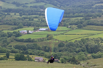 Fototapete - Paraglider in th Brecon Beacons