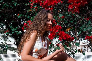 Lorena em meio as flores.