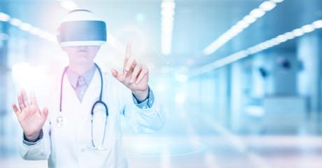Wissenschaftlicher Arzt Doktor nutz neue Technologie mit VR Brille