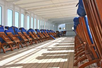 Hölzerne Sonnenliegen auf Luxuskreuzfahrtschiff