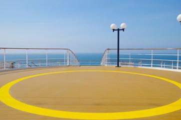 Sonnendeck auf Kreuzfahrtschiff auf See