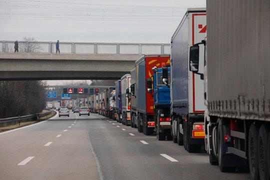 Lkw-Stau, Lastwagen auf der Autobahn, Deutschland, Europa
