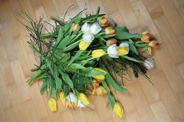 Blumen liegen auf dem Boden