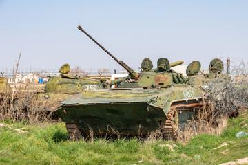 Altes Kriegsgerät und Panzer in Afghanistan