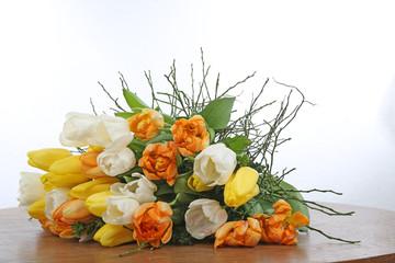 Ein Strauß mit Tulpen