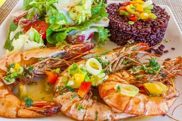 gambas flambées, riz de Camargue et salade