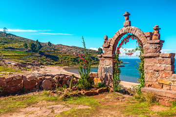 Papiers peints Amérique du Sud Entrance stone arch leading to the interior of Taquile Island in Lake Titicaca, Peru.