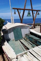 Altes Fischerboot und Glockenturm in Isla Negra/Chile