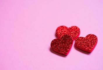Fondo de tres corazones rojos sobre fondo rosa, Día de San Valentín