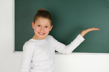Schülerin zeigt die Tafel